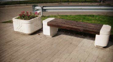 Полированный бетон в основе парковой лавки